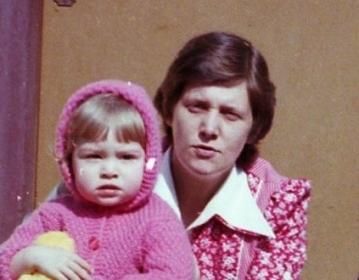 meine Mutter und ich vor dem Haus