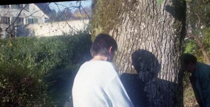 meine Mutter vor dem Friedhof Lichtensteig