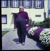 Henri vor dem Haus