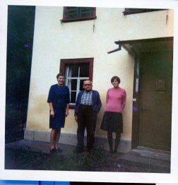 Omi, Opa und meine Mutter vor dem Haus