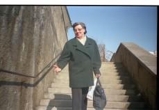 omi auf der treppe