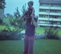 Mit Papi im Garten