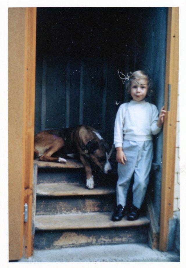 unbekanntes Kind mit Hund auf der Treppe