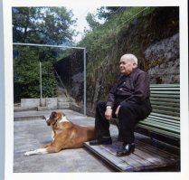 heiri mit hund auf der terrasse